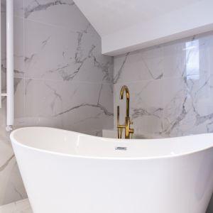 Ściany w łazience wykończono płytkim z oferty firmy Tubądzin Projekt: Joanna Ochota (Concept JOana). Fot. Maciej Sułek