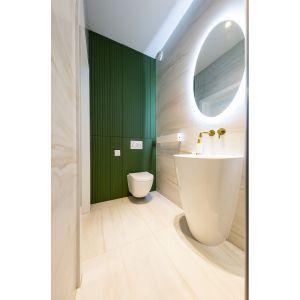 W łazience zastosowane zostało modne ostatnio wykończenie ryflowane, nadające ciekawą fakturę płaskim frontom. Projekt: Joanna Ochota (Concept JOana). Fot. Maciej Sułek