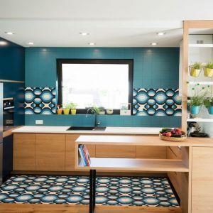 Ściana nad blatem w kuchni wykończona jest płytkami o mocnym, wyrazistym wzorze. Takie same płytki zastosowano na podłodze. Projekt: Joanna Ochota (Concept JOana). Fot. Maciej Sułek
