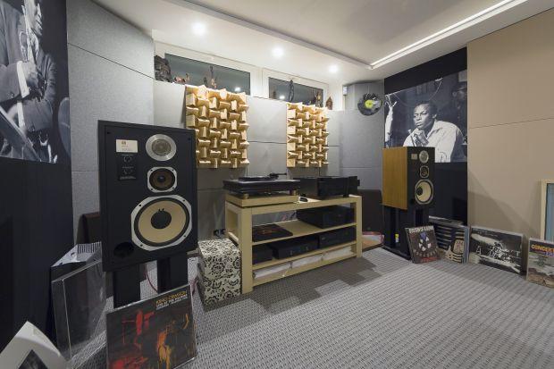 Kiedy słuchasz muzyki lub oglądasz film, korzystając z domowego systemu audio, na jakość dźwięku wpływa nie tylko zastosowane nagłośnienie, lecz także akustyka pomieszczenia. W tym artykule podpowiemy Wam kilka prostych zasad, dzięki którym b