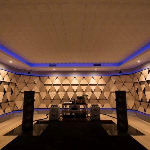 Punkt odsłuchowy w równej odległości od lewej i prawej kolumny głośnikowej. Fot. Nyquista Acoustic Design