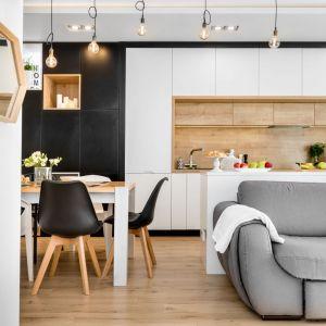 Ściana nad blatem w kuchni wykończona jest płytkami pięknie imtującymi drewno. Projekt: Joanna Nawrocka, JN Studio Joanna Nawrocka. Fot. Łukasz Bera