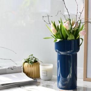Do wyeksponowania ciętych kwiatów doskonale sprawdzi się wysoki, ręcznie malowany wazon w ciemnoniebieskim kolorze o nowoczesnym kształcie i delikatnie pofalowanym brzegu. Fot. Krosno Glass