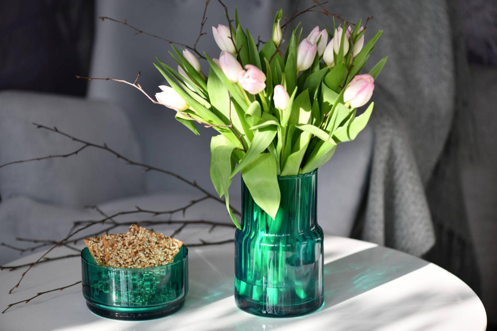 O tej porze roku nie ma piękniejszej ozdoby wnętrza niż cięte kwiaty. Róże, tulipany, czy przyniesiony z własnego ogrodu bez, udekorują odświętnie stół lub ozdobią ulubioną komodę. Fot. Krosno Glass