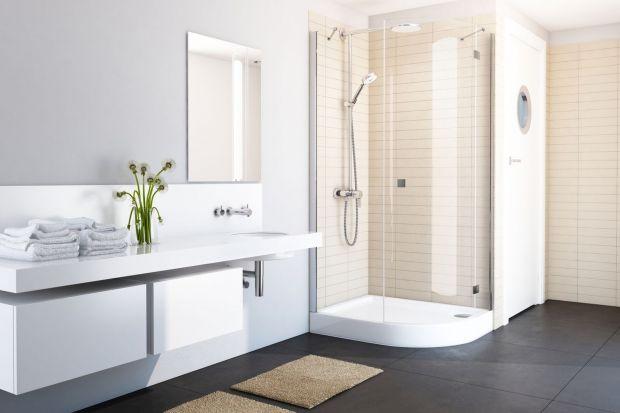 Jednym z głównych wyznaczników dobrze zaprojektowanej strefy prysznicowej jest jej bezpieczeństwo związane z minimalizowaniem ryzyka poślizgnięcia i upadku. Oprócz stabilności konstrukcji brodzika, nie tylko na dnie, ale również na rantach, bar