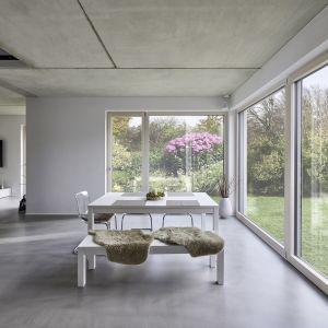 Wielkoformatowe okna z widokiem na naturę. Szkło to gwarancja zachowania neutralności transmisji i odbicia światła, a także naturalności odwzorowania kolorów. Fot. Saint-Gobain