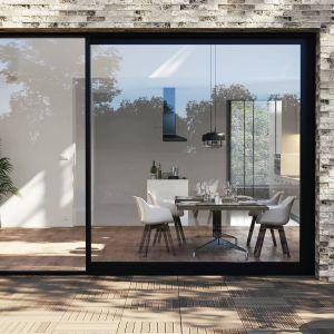 Zredukowane profile w systemie AWISlide gwarantują elegancki wygląd, idealnie wpisując się w wewnętrzną oraz zewnętrzną aranżację domu. Fot. Awilux
