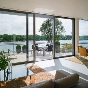 To, jakie okna zamontujemy w naszym domu, wpłynie na  wygląd całego budynku. Fot. Awilux