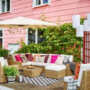 Meble na taras z kolekcji Solleron. Dostępne w ofercie sklepu IKEA. Cena: 3.800 zł/modułowa sofa narożna, 950 zł/fotel, 320 zł/stołek. Fot. IKEA