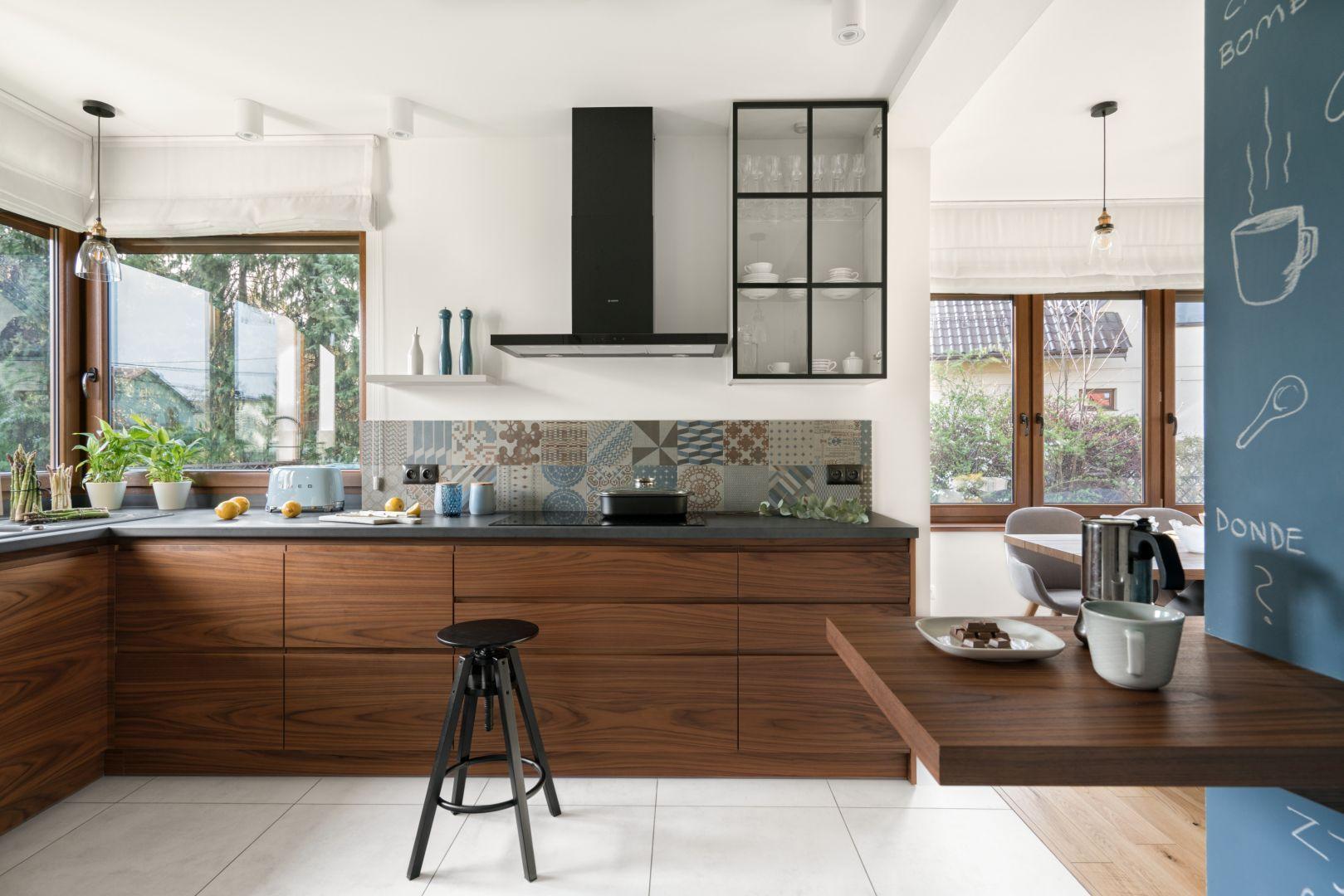 Przechowywanie w kuchni. Warto zmierzyć wysokość półek i szerokość szuflad, w których zamierzamy umieścić pojemniki, zanim je kupimy. Projekt: MM Architekci. Fot. Jeremiasz Nowak