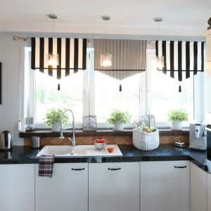 Przechowywanie w kuchni. Pojemniki mogą też wpłynąć na odbiór wnętrza. Projekt: Magdalena Kwiatkowska. Fot. Bartosz Jarosz