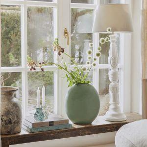 Naturalne, proste dekoracje i kwiaty w wazonie sprawdza się latem! Fot. WestwingNow