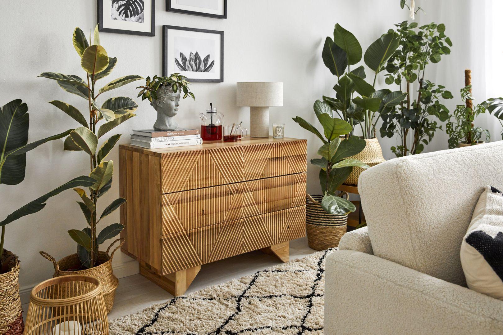 Meble vintage i drewno w salonie znakomicie się prezentują w otoczeniu zieleni. Fot. WestwingNow
