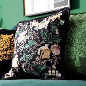 Salon w ciemnej zieleni i w modnym leśnym stylu. Fot. WestwingNow