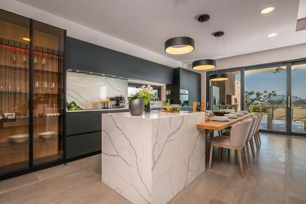 Konglomerat kwarcowy to świetny wybór do każdej kuchni. Jest praktyczny i pięknie wygląda.