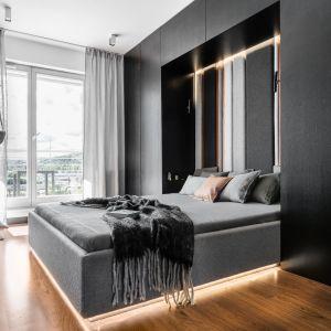 Piękna, czarna sypialnia jest naturalną kontynuacją palety z reszty mieszkania. Projekt: pracownia Magma. Fot. Fotomohito