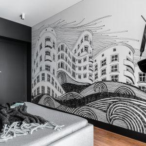 Wyjątkowym elementem sypialni jest ogromna grafika pulsującego modernistycznego miasta – Gdyni. Projekt: pracownia Magma. Fot. Fotomohito
