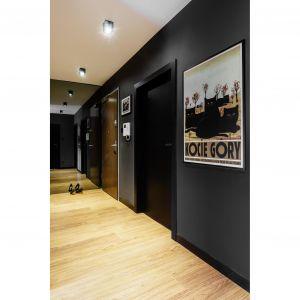 Ciemne ściany w przedpokoju zdobi plakat Ryszarda Kaji. Projekt: pracownia Magma. Fot. Fotomohito