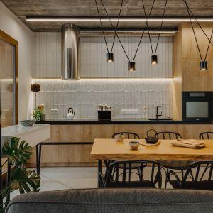 Kuchnia to połączenie drewna i koloru białego. Projekt: Mili Młodzi Ludzie. Fot. Oni Studio