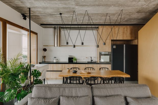 Rodzinne mieszkaniena warszawskim Wilanowie jest wygodne i nowoczesne. Surowy klimat wnętrza nadają mu nieotynkowane ściany i sufity, betonowa posadzka oraz surowe elementy konstrukcyjne.Architekci zadbali w nim o każdy detal.