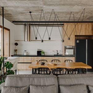 Pomiędzy salonem a kuchnią znajduje się jadalnia. Projekt: Mili Młodzi Ludzie. Fot. Oni Studio