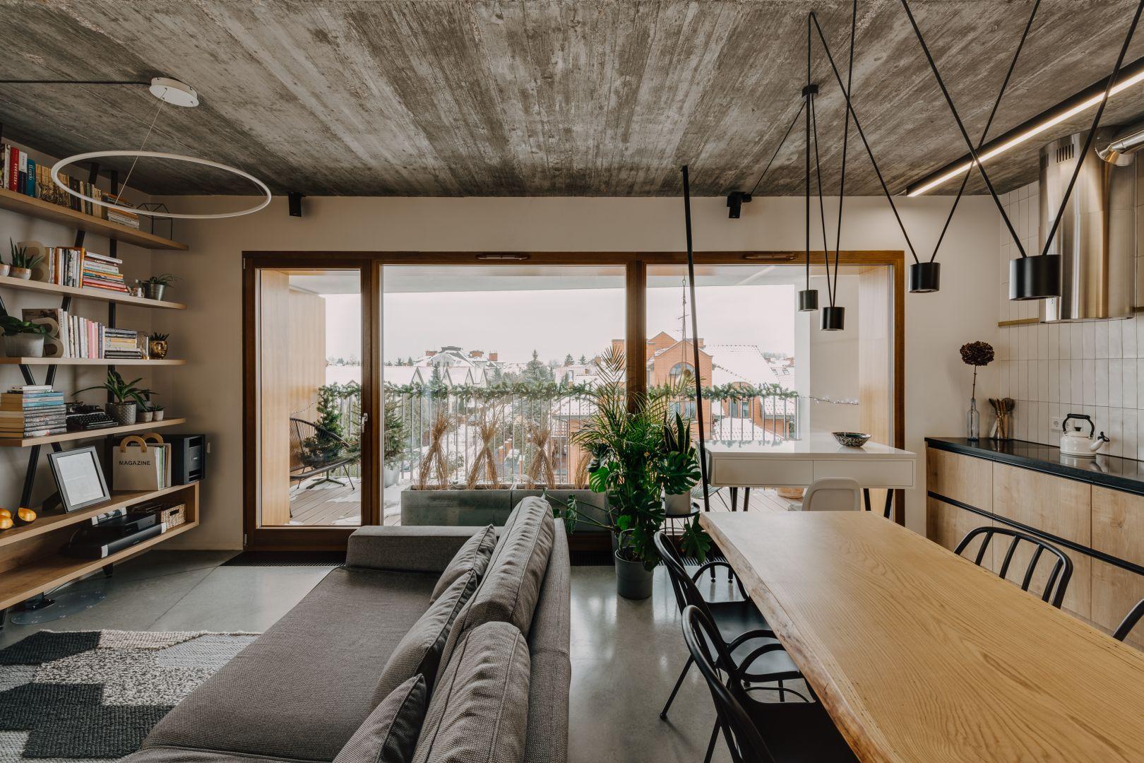 Drzwi od podłogi do sufitu, nieotynkowane ściany i sufity, nadały projektowi surowego klimatu. Projekt: Mili Młodzi Ludzie. Fot. Oni Studio