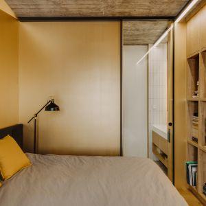 Sypialnia jest wygodna i przestonna. Projekt: Mili Młodzi Ludzie. Fot. Oni Studio