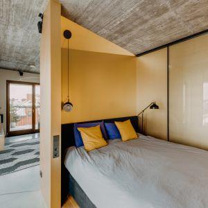 Sypialnia tuż przy strefi dziennej. Projekt: Mili Młodzi Ludzie. Fot. Oni Studio