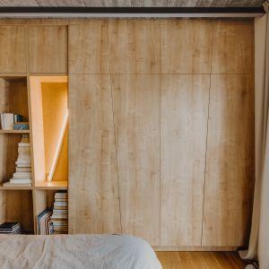 Miejsce na przechowywanie w sypialni. Projekt: Mili Młodzi Ludzie. Fot. Oni Studio