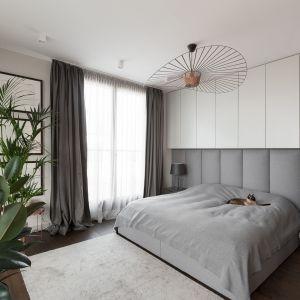 Modna sypialnia z tapicerowanym wezgłowiem. Projekt Dmowska Design. Foto Przemysław Kuciński