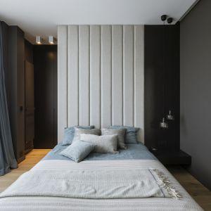 Nowoczesna sypialnia z tapicerowanym zagłówkiem. Projekt TILLA Architects. Fot. Yassen Hristov