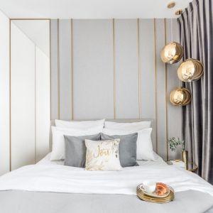Modna ściana za łóżkiem w sypialni. Projekt Decoroom. Fot. Pion Poziom