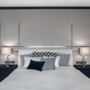Elegancka sypialnia z efektowna dekoracją ściany za wezgłowiem. Projekt Katarzyna Kraszewska.