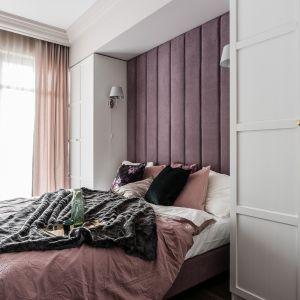 Tapicerowany zagłówek na całej ścianie w sypialni. Projekt JT Group. Fot. Fotomohito