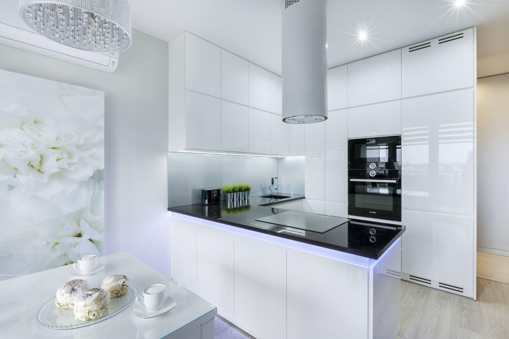 Białe fronty kuchenne lakierowane na wysoki połysk.  Projekt Justyna Mojżyk, poliFORMA. Fot. Monika Filipiuk-Obałek