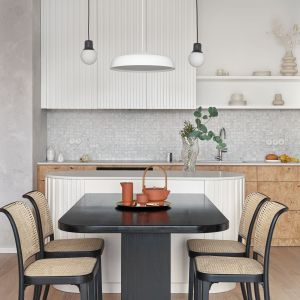 Biała kuchnia z drewnem. Projekt Studio Inbalance Fot. Tom Kurek