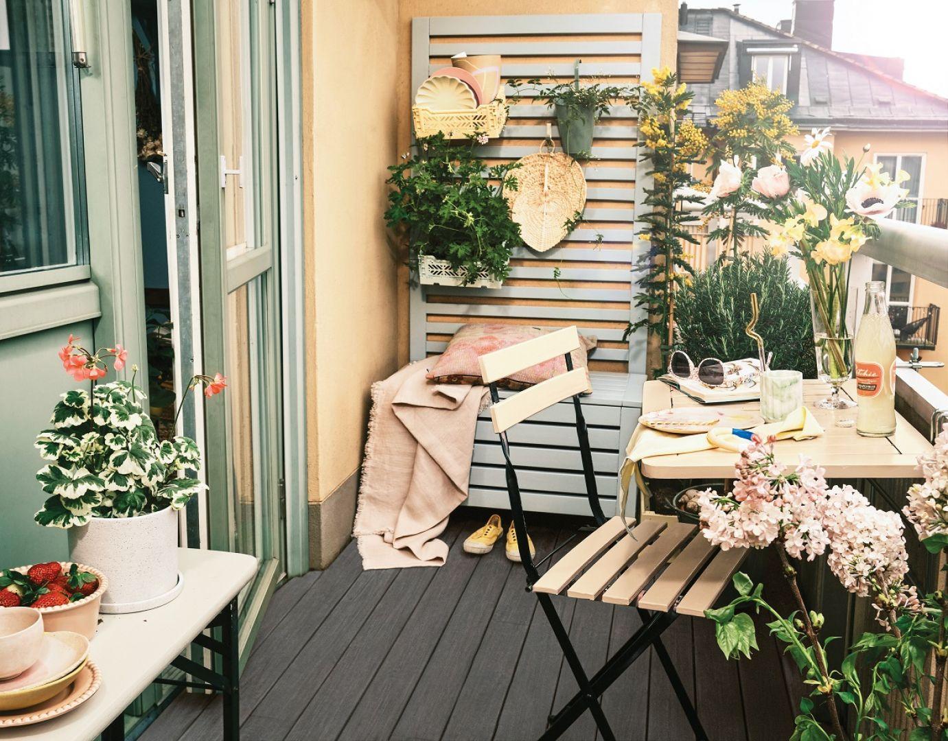 Krzesło o stół na tarasie pomalowane zostały kolorem Melon, ławka odcieniem Vannila Cream. Fot. Beckers