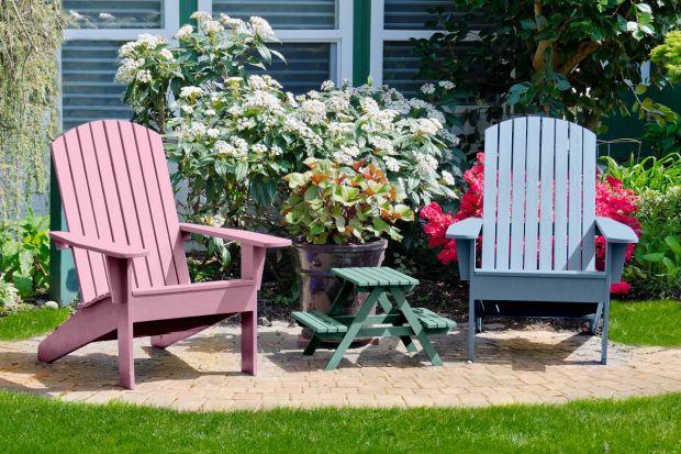 Proste krzesło pomalowane na wyjątkowy kolor może stać sięefektownąozdobą tarasu, balkonulubjadalni. Oto kilka świetnych przykładów.<br /><br />