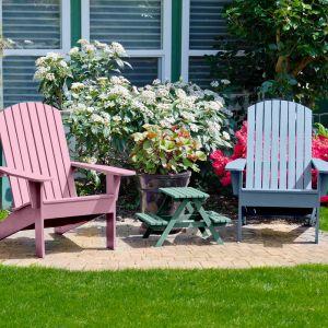 Kolorowe krzesła na tarasie pomalowane odcieniem Candy Pink&Wave&Aqua. Fot. Beckers