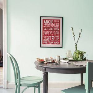 Krzesło w jadalni pomalowane jest kolorem Wave. Fot. Beckers