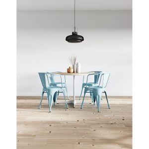 Krzesła w jadalni pomalowane zostały kolorem Aqua. Fot. Beckers
