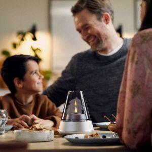 Niezastąpione w kreowaniu nastroju są także szklano-aluminiowe świeczniki Kooduu's Glow 10 z wkładem z 100% oleju roślinnego lub akumulatorem Shine.