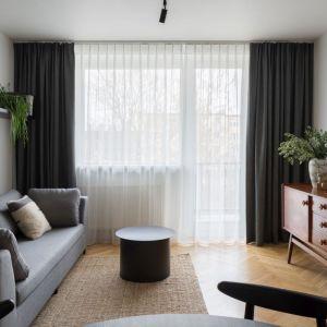Mały salon w bloku, w którym elementy retro piękne łączą się z wyposażeniem z IKEI i perłami designu od znanych projektantów. Projekt: pracowni 3XEL. Fot. Dariusz Jarząbek