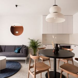 Mały salon w bloku z kuchnią i jadalnią w jasnej kolorystyce. Projekt: pracownia 3XEL. Fot. Dariusz Jarząbek