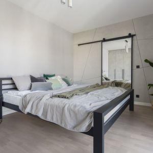 Ściany w sypialni zdobi dekoracyjny tynk przywodzący na myśl beton. Projekt: Decoroom. Fot. Marta Behling, Pion Poziom – fotografia wnętrz