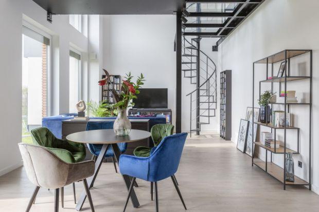 Dom w podwarszawskim Józefosławiu,w którym zamieszkała rodzina z dwójką dorastających synów, jest nowoczesny, loftowy i pełen odważnych rozwiązań.Nie brakuje w nim także dobrego wzornictwa iodważnych kolorystycznych akcentów.<br