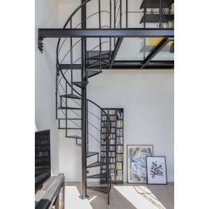 Ważnym elementem są we wnętrzu spiralne, metalowe schody, których stopnie wykonano z perforowanej blachy. Projekt: Decoroom. Fot. Marta Behling, Pion Poziom – fotografia wnętrz