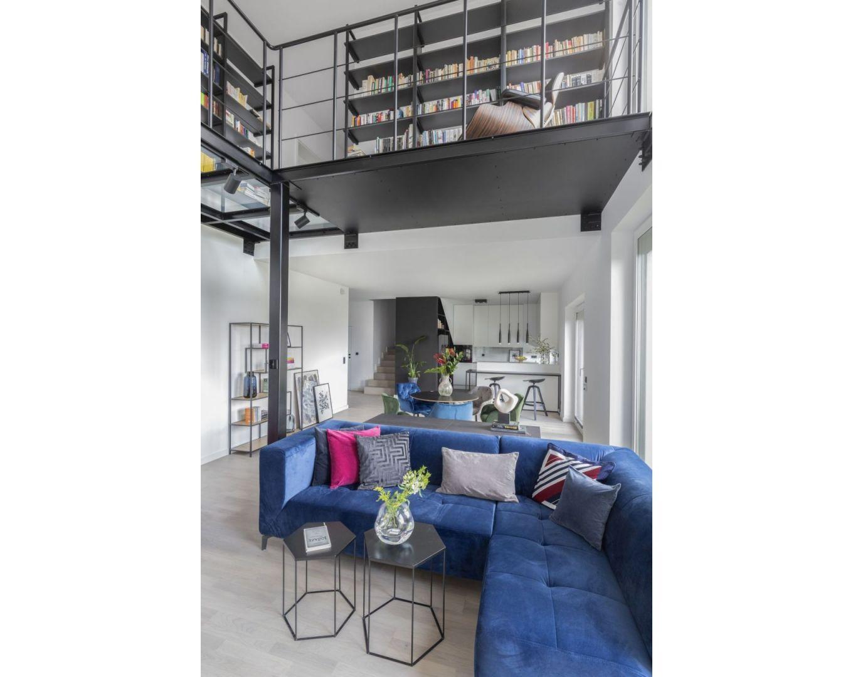 W salonie zastosowano odważne kolorystyczne akcenty w postaci kanap, krzeseł i poduszek, które ożywiają wnętrze. Projekt: Decoroom. Fot. Marta Behling, Pion Poziom – fotografia wnętrz