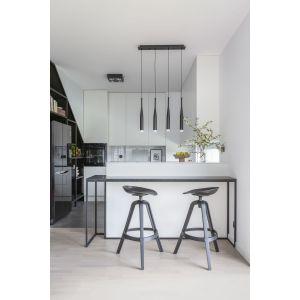 W kuchni zastosowano zabudowy wykonane na wymiar, wykorzystując maksymalnie dostępną przestrzeń. Projekt: Decoroom. Fot. Marta Behling, Pion Poziom – fotografia wnętrz