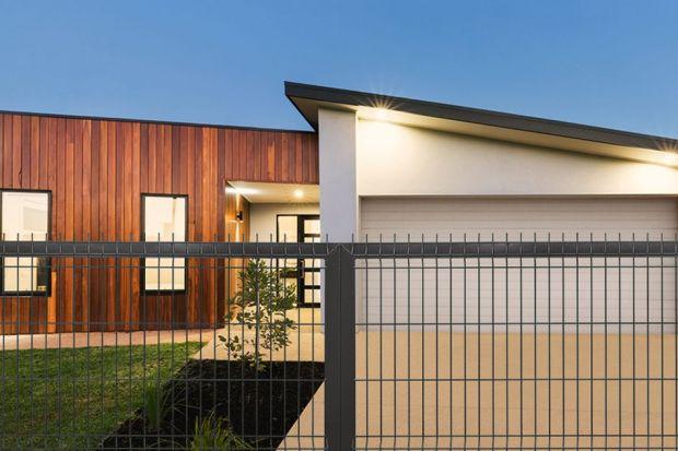 Okresletni sprzyja metamorfozom – zacznijmy więc od ogrodzenia! Niebieskie, zielone, a może z elementami energetycznej czerwieni? Kolorowe ogrodzenie domu jest modne i oryginalne.